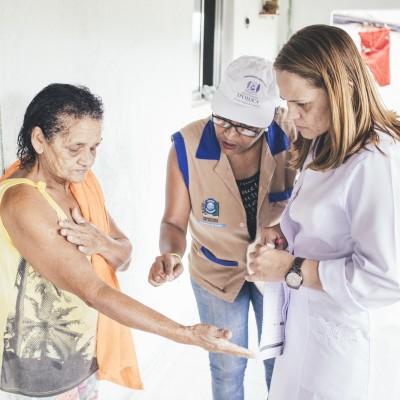Mujer con lepra siendo examinada por médico en terreno. Brazil.