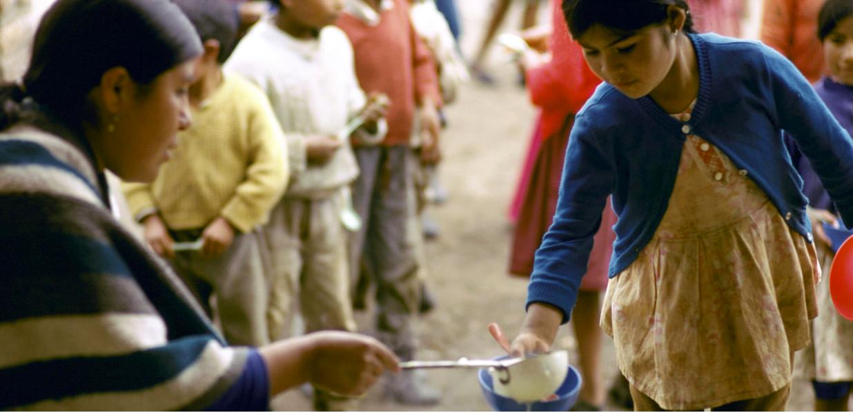 Banco Mundial / Jamie Martin. Niños acuden al reparto de comida diaria en una zona pobre de Ecuador. Banco Mundial//Jamie Martin Niños acuden al reparto de comida diaria en una zona pobre de Ecuador.