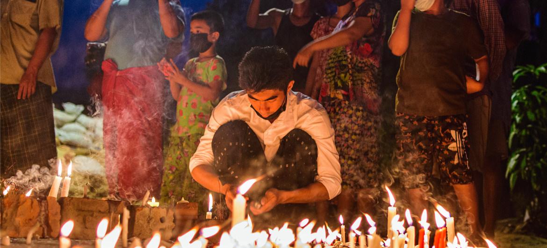 Myanmar: personas en Yangon realizaron una vigilia nocturna desafiando el toque de queda.