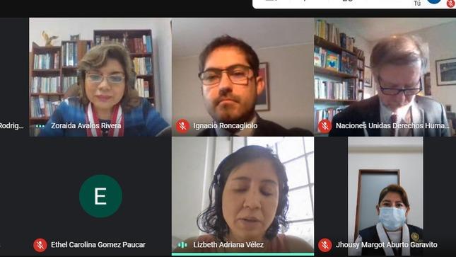 Retrato de reunión virtual con imágenes de cinco participantes