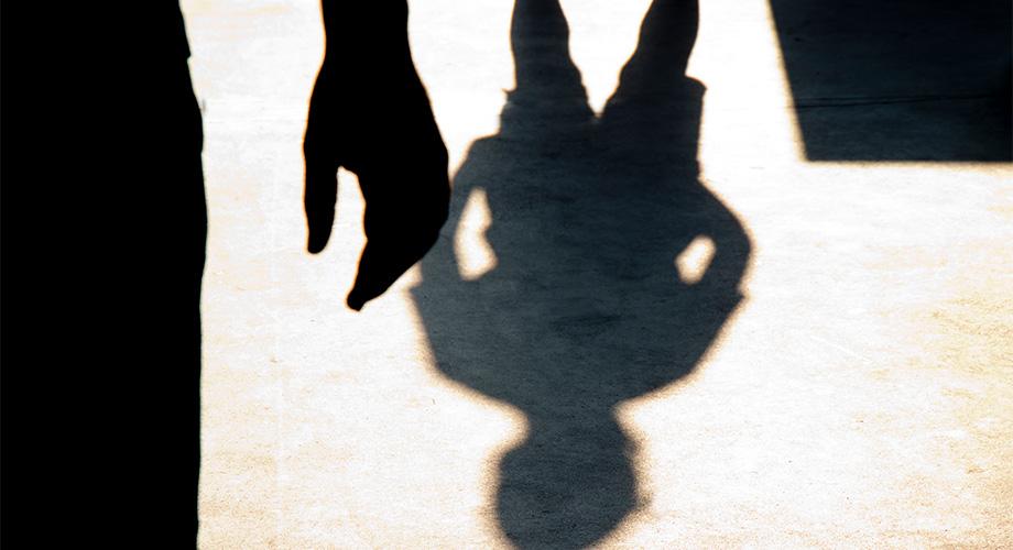 Sombra invertida de un niño, imagen referencial.
