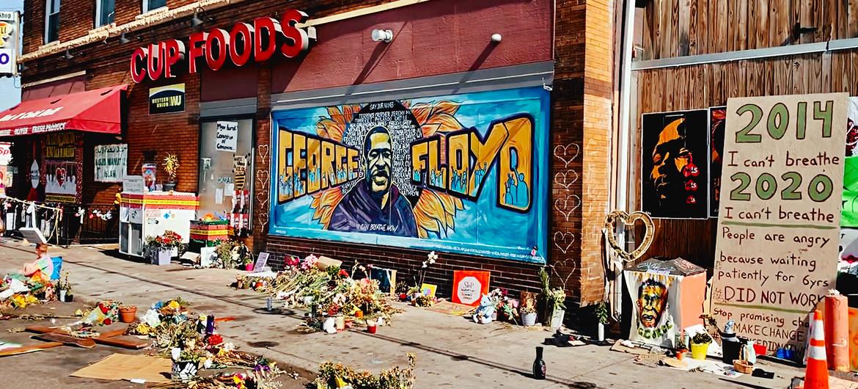 La tienda frente a la que fue asesinado el ciudadano estadounidense afrodescendiente George Floyd se ha convertido en un lugar conmemoartivo de su muerte y de la lucha racial.