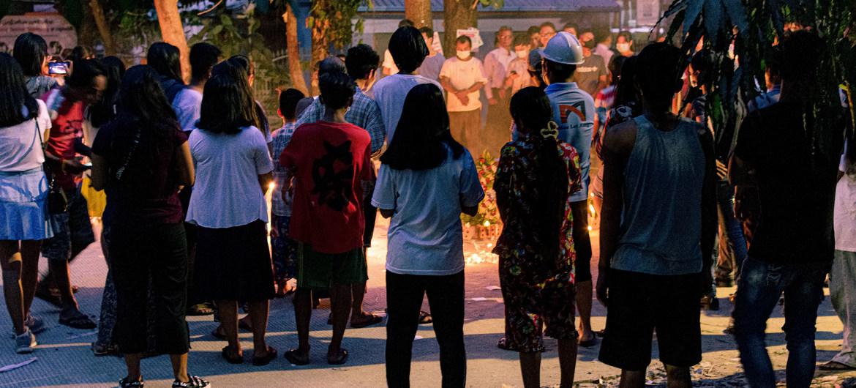 Pessoas em Yangon organizando vigilia em memória das vítimas da violência
