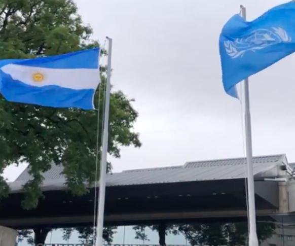 Banderas de la ONU y de Argentina flamean en la ciudad de Buenos Aires durante evento PABA+40