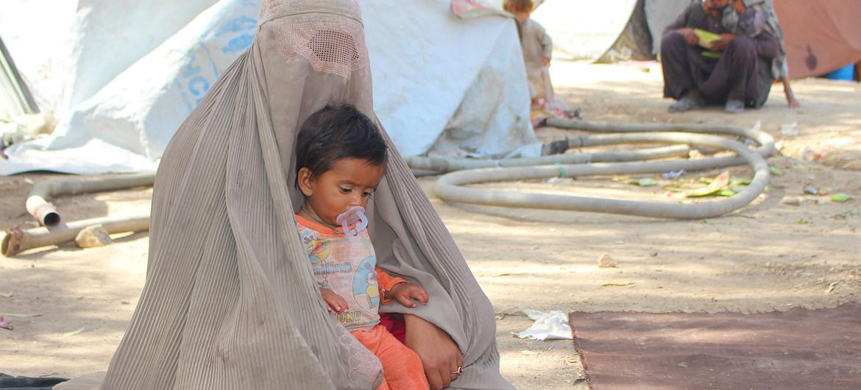 Una madre y su hijo en el campo de desplazados internos de Haji, en Kandahar (Afganistán)